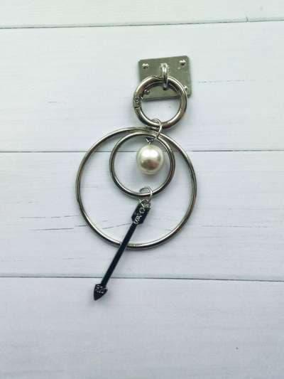 Молодежный брелок-подвеска на телефон двойное кольцо с жемчужиной никель. Фото товара, вид 2
