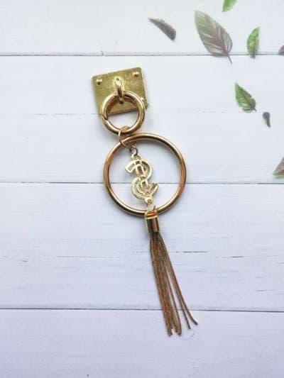 Брендовый брелок-подвеска на телефон кольцо с металлической кистью золото. Фото товара, вид 2