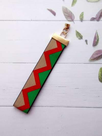 Модный брелок-подвеска на телефон ремешок зигзаг зеленый. Фото товара, вид 2