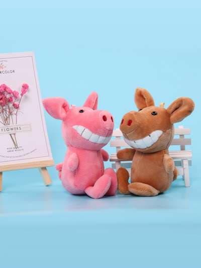 Стильный брелок мягкая игрушка улыбающийся поросенок розовая. Фото товара, вид 3