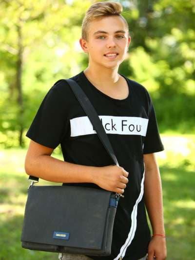 Школьная сумка, модель 181632 черный. Фото товара, вид спереди.