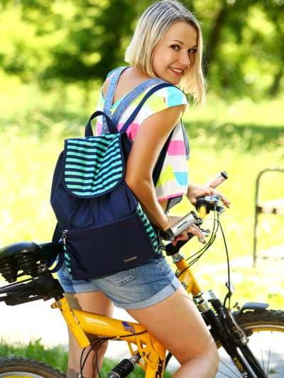 Модный рюкзак, модель 183813 синий/зелёная полоса. Фото товара, вид спереди.