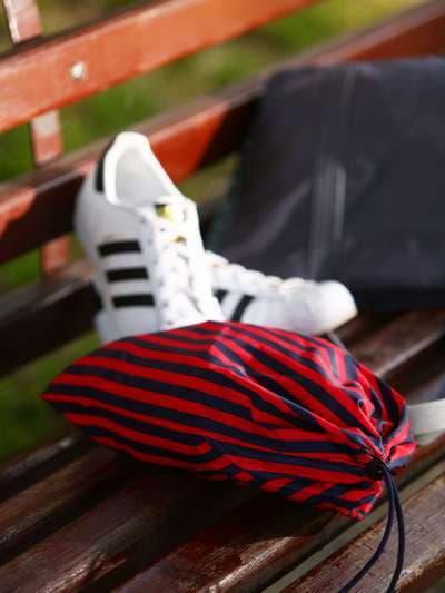 Молодежный мешочек для обуви, модель 183832 синий/красная полоса. Фото товара, вид спереди._product-ru