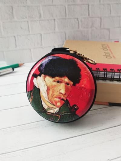 Стильний чохол для навушників автопортрет з перев'язаним вухом чорний. Фото товару, вид 1
