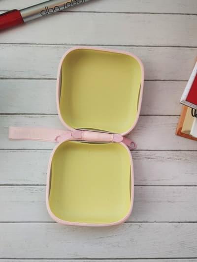 Молодежный чехол для наушников единорог в короне квадратный розовый. Фото товара, вид 2