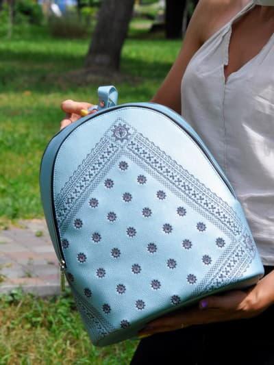 Стильний рюкзак, модель 191572 блакитний-перламутр. Фото товару, вид спереду.