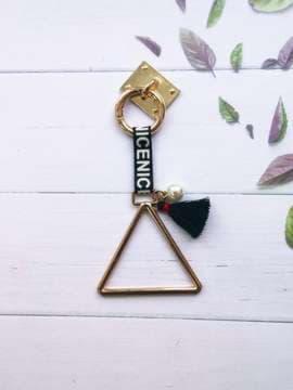 Стильный брелок-подвеска на телефон треугольник с жемчужиной золото. Изображение товара, вид 2