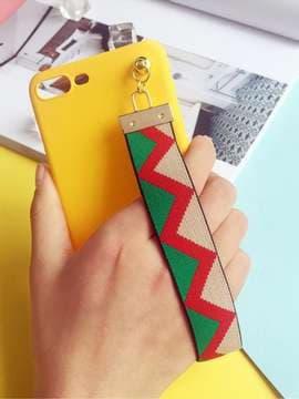 Модный брелок-подвеска на телефон ремешок зигзаг зеленый. Изображение товара, вид 1