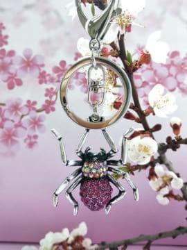 Молодежный брелок паук никель в стразах розовый. Изображение товара, вид 2