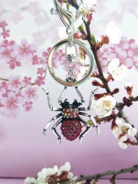 Модный брелок паук никель в стразах красный. Изображение товара, вид 2