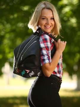 Женский рюкзак с вышивкой, модель 181401 черный. Изображение товара, вид спереди.