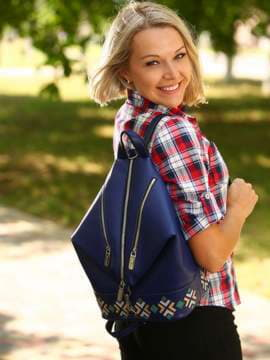 Школьный рюкзак с вышивкой, модель 181402 синий. Изображение товара, вид спереди.