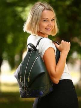 Брендовый рюкзак с вышивкой, модель 181403 темно-зеленый. Изображение товара, вид спереди.
