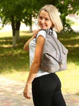 Школьный рюкзак с вышивкой, модель 181404 темно-серый. Изображение товара, вид спереди.