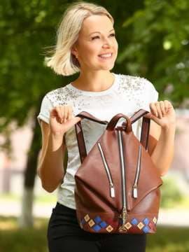 Брендовый рюкзак с вышивкой, модель 181407 коричневый. Изображение товара, вид спереди.
