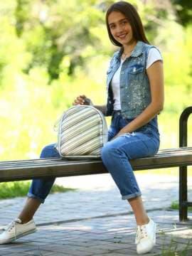 Школьный рюкзак с вышивкой, модель 181473 серебро. Изображение товара, вид спереди.
