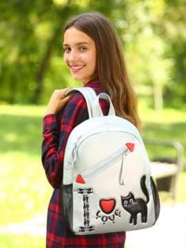 Школьный рюкзак с вышивкой, модель 181542 серебро. Изображение товара, вид спереди.