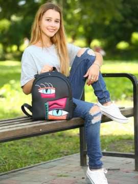 Модный рюкзак с вышивкой, модель 181551 черный. Изображение товара, вид спереди.