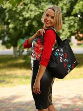 Молодежная сумка с вышивкой, модель 181411 черный. Изображение товара, вид спереди.