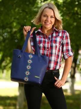Брендовая сумка с вышивкой, модель 181412 синий. Изображение товара, вид спереди.