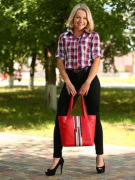 Школьная сумка с вышивкой, модель 181416 красный. Изображение товара, вид спереди.