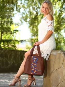 Молодежная сумка с вышивкой, модель 181417 коричневый. Изображение товара, вид спереди.