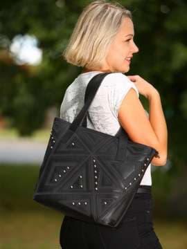 Школьная сумка с вышивкой, модель 181511 черный. Изображение товара, вид спереди.