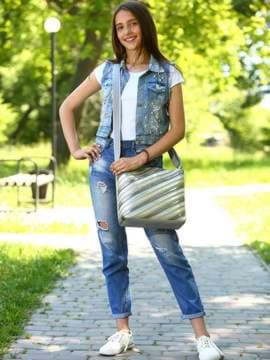 Стильна сумка через плече з вышивкою, модель 181483 срібло. Зображення товару, вид спереду.