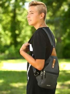 Школьный моно рюкзак, модель 181653 черный. Изображение товара, вид спереди.