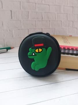 Стильный чехол для наушников крокодильчик в шляпе круглый черный. Изображение товара, вид 1