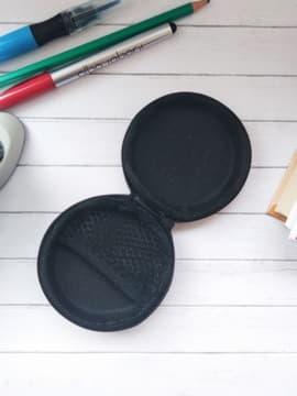 Стильный чехол для наушников крокодильчик в шляпе круглый черный. Изображение товара, вид 2