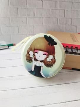 Модный чехол для наушников с девочкой аниме со шляпкой лиловый круглый. Изображение товара, вид 1