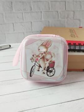 Стильний чохол для навушників зайчики на велосипеді рожевий. Зображення товару, вид 1