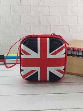 Брендовый чехол для наушников флаг великобритании квадратный красный. Изображение товара, вид 1