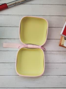 Молодежный чехол для наушников единорог в шляпе квадратный розовый. Изображение товара, вид 2