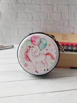 Стильный чехол для наушников единорог с шариками круглый розовый с черной молнией. Изображение товара, вид 1