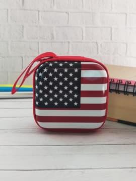 Брендовый чехол для наушников флаг сша квадратный красный. Изображение товара, вид 1