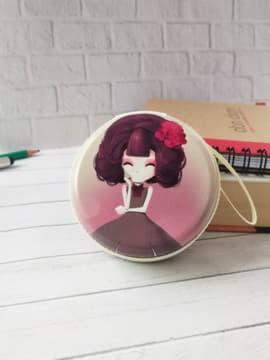 Стильный чехол для наушников с девочкой аниме с цветком лиловый круглый. Изображение товара, вид 1