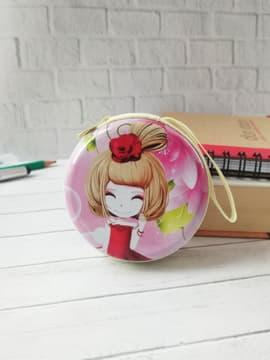 Модный чехол для наушников с девочкой аниме с цветком розовый круглый. Изображение товара, вид 1