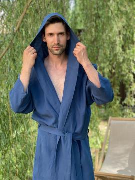 Фото товара: чоловічий лляний халат з каптуром синій. Вид 1.