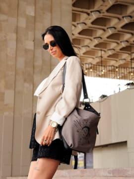 Брендовая сумочка с вышивкой, модель 191503 серый. Изображение товара, вид спереди.