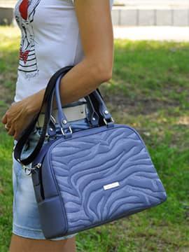 Школьная сумочка с вышивкой, модель 191563 сине-сиреневый. Изображение товара, вид спереди.