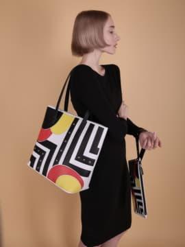 Молодежная сумка с вышивкой, модель 190101 белый. Изображение товара, вид сбоку.