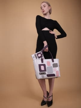 Брендовая сумка с вышивкой, модель 190116 белый. Изображение товара, вид сбоку.