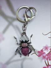 Молодежный брелок паук никель в стразах розовый. Изображение товара, вид 1