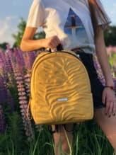 Школьный рюкзак, модель 191556 желтый. Изображение товара, вид спереди.